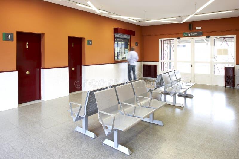 Sala de espera da estação de comboio fotos de stock royalty free