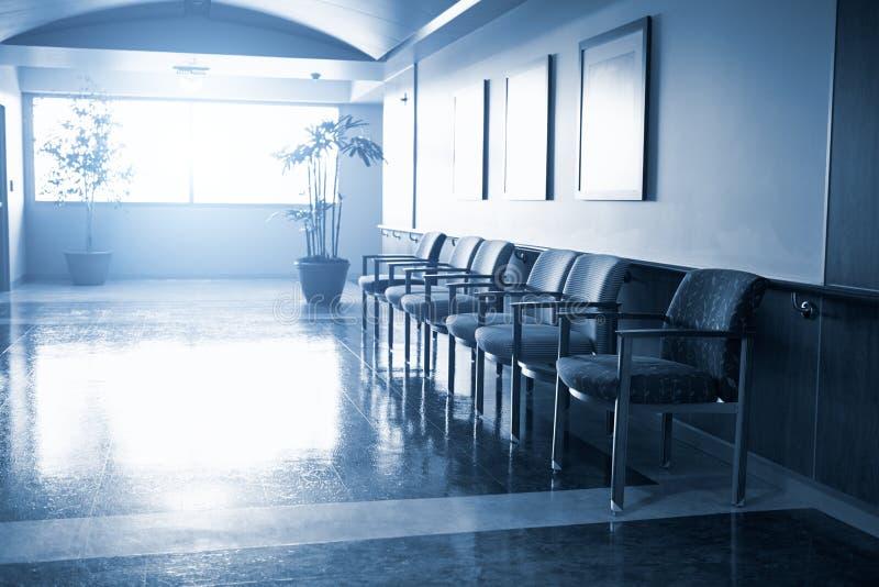 Sala de espera vacía en hospital moderno imágenes de archivo libres de regalías