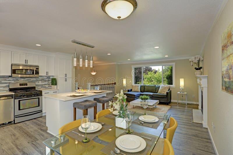 Sala de estar abierta hermosa de la segunda planta del plan, cocina y espacio de la cena imagen de archivo