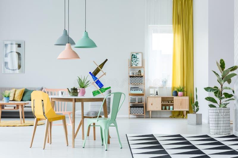 Sala de estar acogedora en colores pastel imagen de archivo
