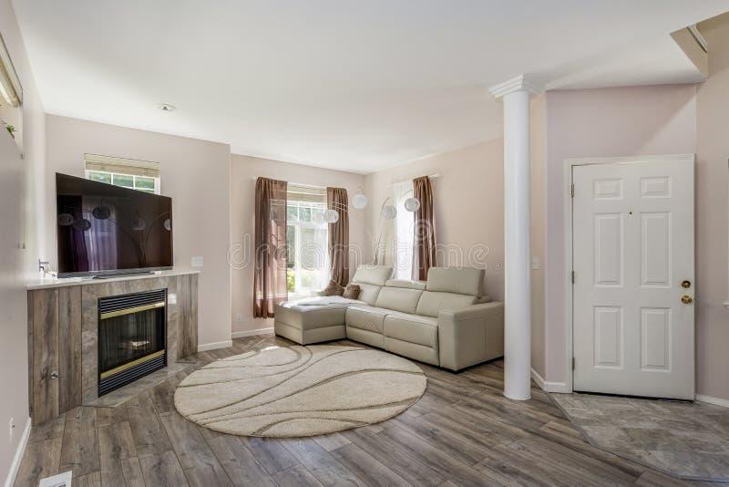 Sala de estar acogedora y elegante con la chimenea imágenes de archivo libres de regalías