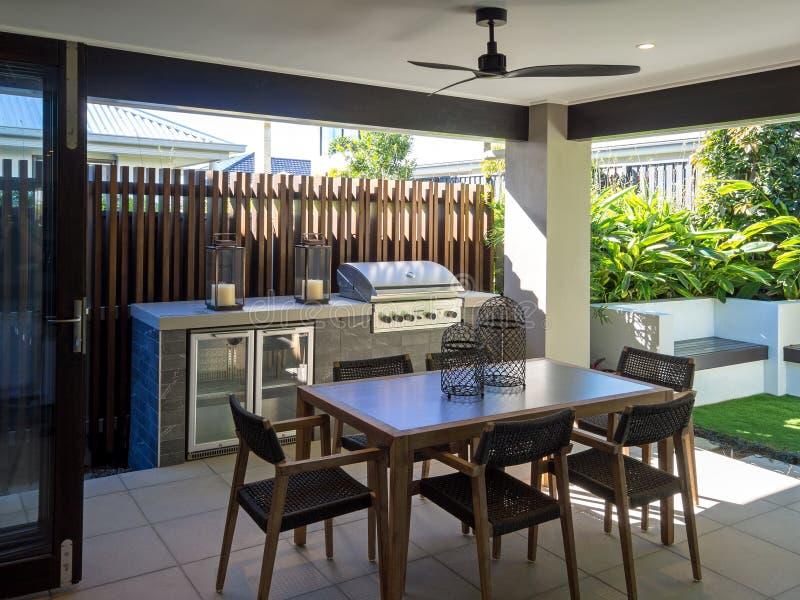 Sala de estar al aire libre del patio trasero con la tabla y las sillas fotografía de archivo