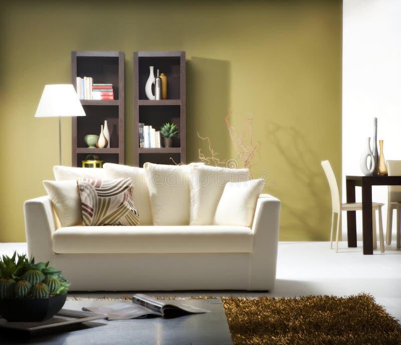 Sala de estar amarillenta del sofá fotos de archivo