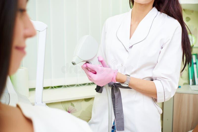 Sala de estar de beleza, remoção do cabelo do laser, doutor e paciente foto de stock royalty free