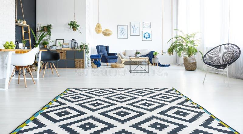 Sala de estar blanca con la alfombra fotos de archivo libres de regalías
