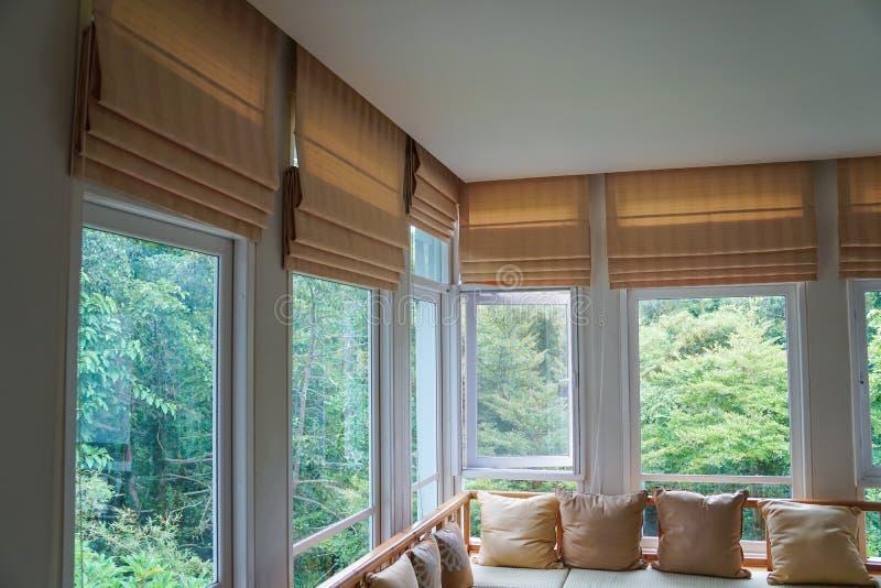 Sala de estar ciega romana del fondo de la montaña del bosque del árbol de la cortina de la sombra de Brown fotos de archivo libres de regalías