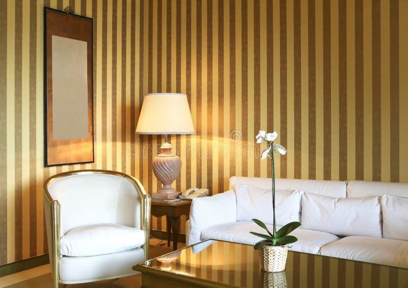 Sala de estar clásica cómoda fotografía de archivo libre de regalías