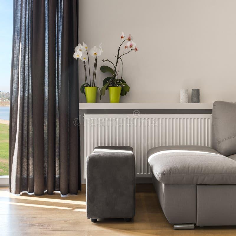 Sala de estar con el sofá cómodo foto de archivo libre de regalías