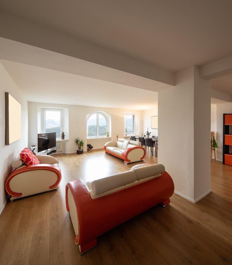 Sala de estar con el sofá del diseño del cuero y del entarimado fotos de archivo libres de regalías