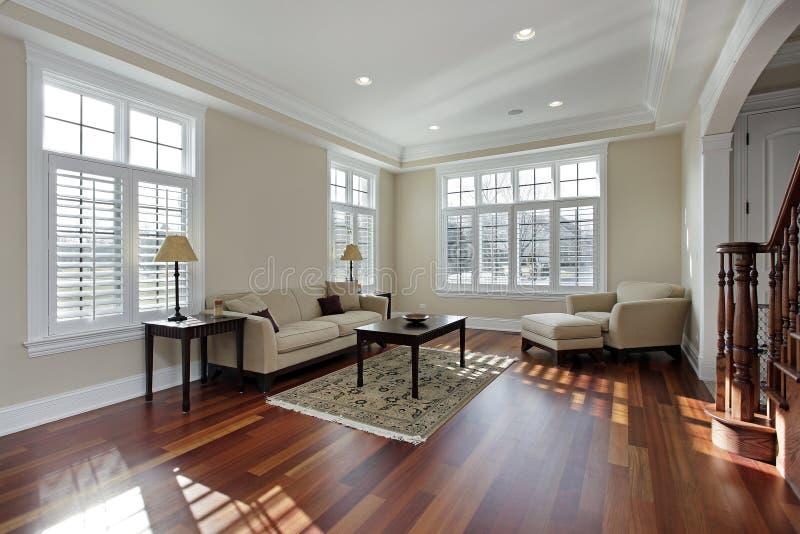 Sala de estar con el suelo de madera de la cereza imagenes de archivo