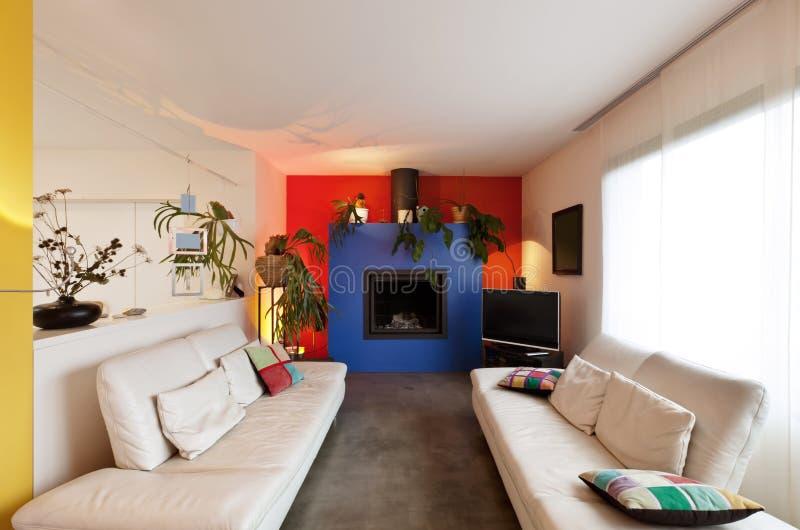 Sala de estar con la chimenea fotos de archivo