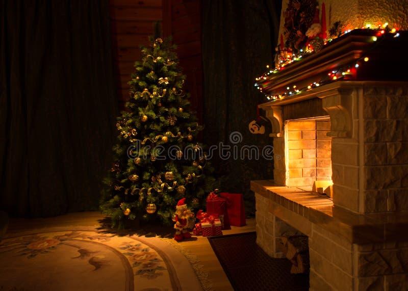 Sala de estar con la chimenea y el árbol de navidad adornado imagen de archivo libre de regalías