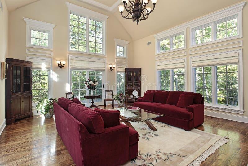 Sala de estar con las ventanas de dos pisos fotos de archivo