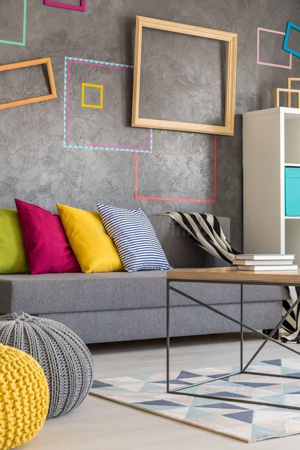 Sala de estar con los marcos coloreados foto de archivo
