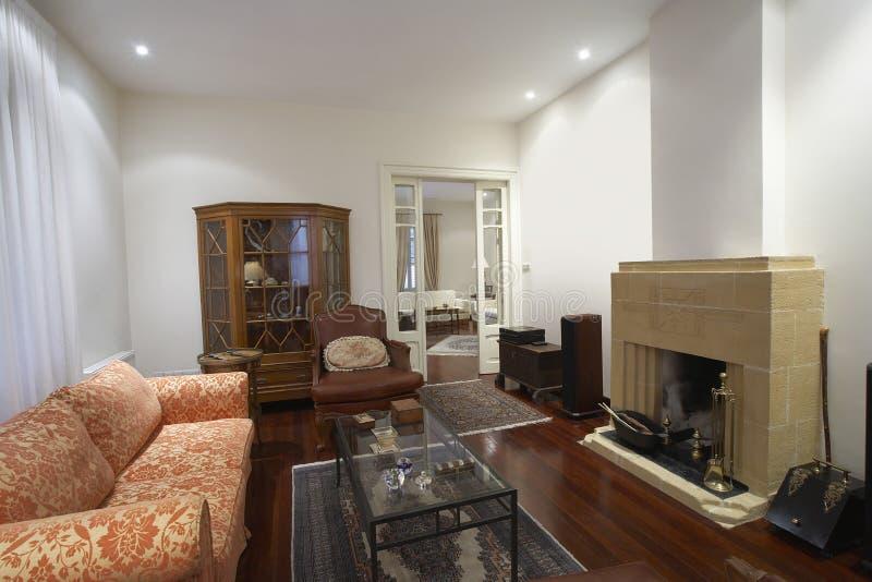 Sala De Estar Con Muebles Y La Chimenea Foto de archivo - Imagen de ...