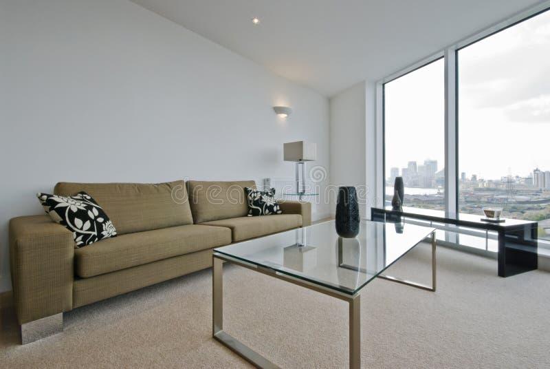 Sala de estar con opiniones de la ciudad foto de archivo