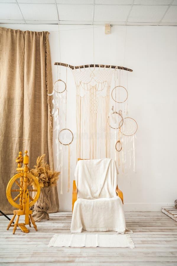 Sala de estar con una butaca rústica Silla retra, eje, agremán en la pared en el cuarto Detalles de un interio escandinavo ligero imagenes de archivo