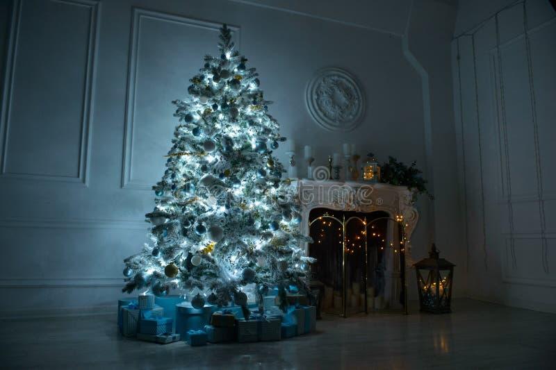 Sala de estar con una chimenea y un árbol de navidad grande con el GIF imagen de archivo libre de regalías