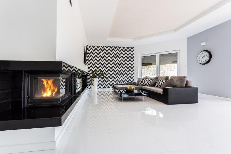 Sala de estar con una idea de la chimenea imagen de archivo libre de regalías