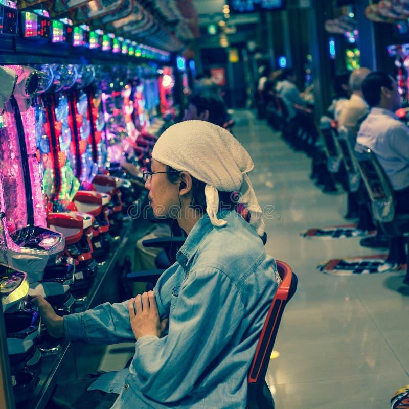 Sala de estar da máquina de entalhe do Pachinko em Japão fotografia de stock