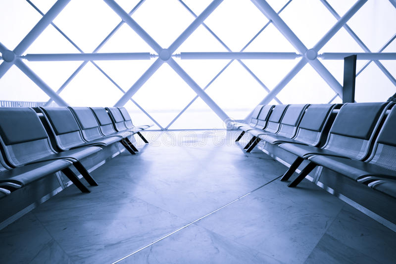 Sala de estar de espera do terminal de aeroporto foto de stock