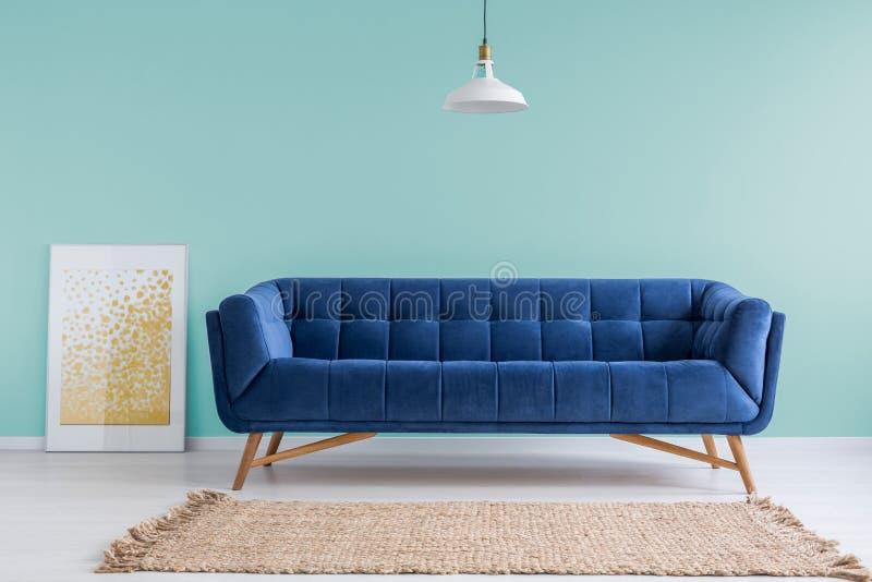 Sala de estar de la menta con el sofá foto de archivo