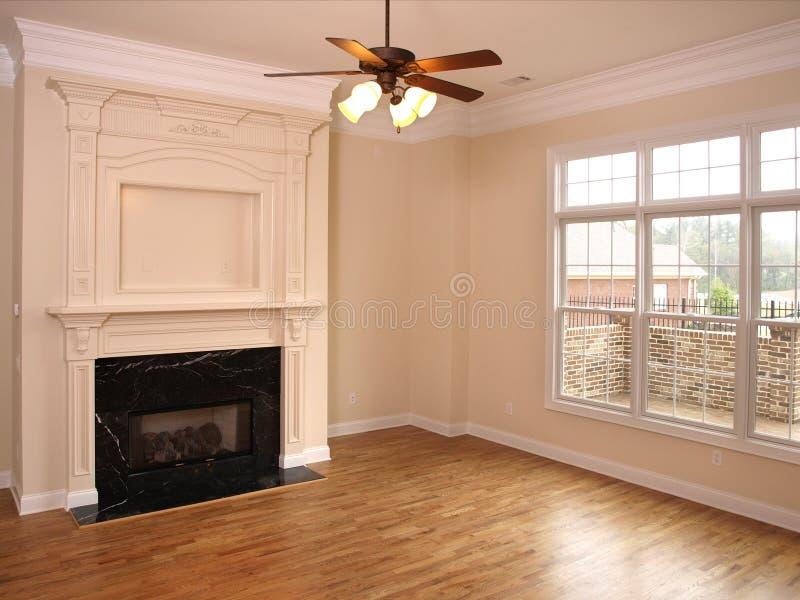 Sala de estar de lujo con la chimenea y la ventana grande imagen de archivo