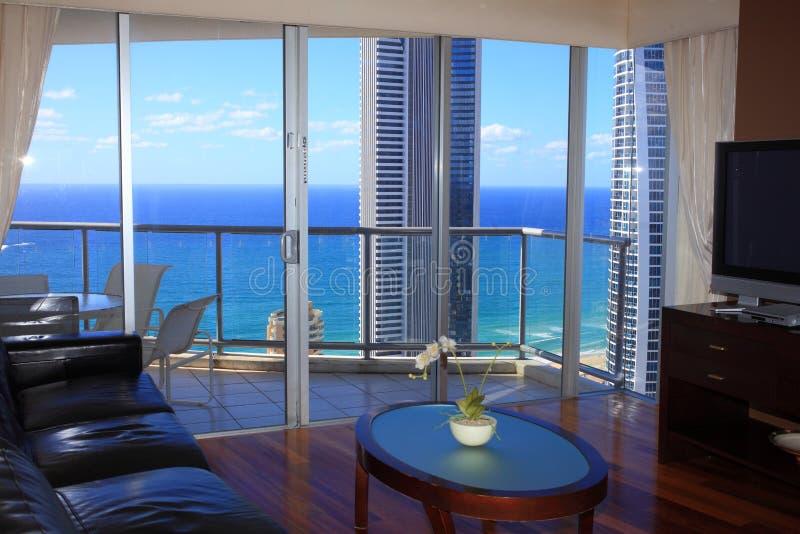 Sala de estar de lujo con vista al mar fotografía de archivo