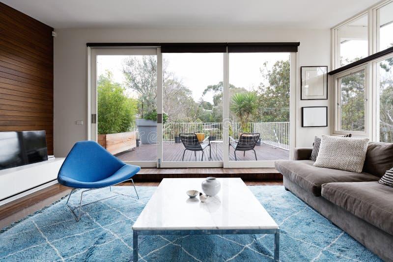 Sala de estar diseñada escandinava de lujo con perspectiva a la terraza fotografía de archivo libre de regalías