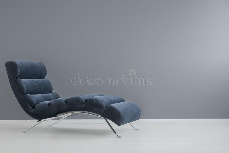 Sala de estar do chaise dos azuis marinhos fotografia de stock