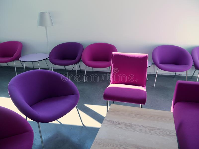 Sala de estar do estudante: cadeiras roxas fotografia de stock royalty free
