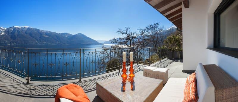 Sala de estar do terraço em uma casa luxuosa imagens de stock royalty free
