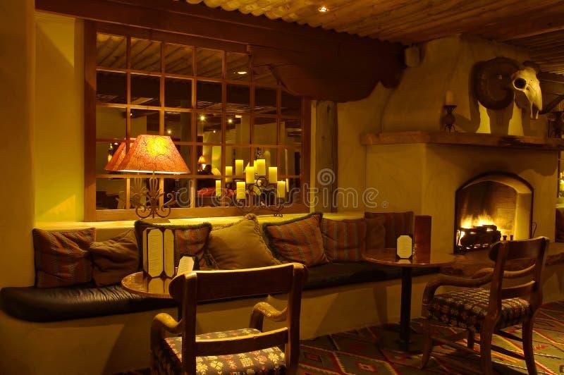 Sala de estar e chaminé de relaxamento foto de stock royalty free