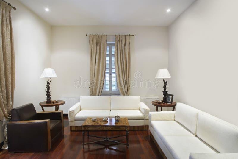 Sala de estar en casa colonial del estilo fotos de archivo libres de regalías