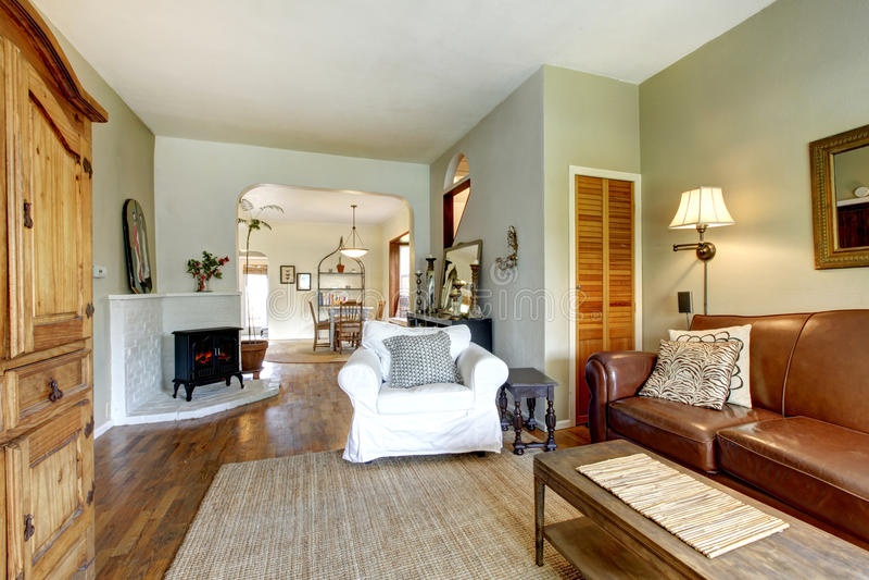 Sala de estar en casa vieja con muebles antiguos fotografía de archivo
