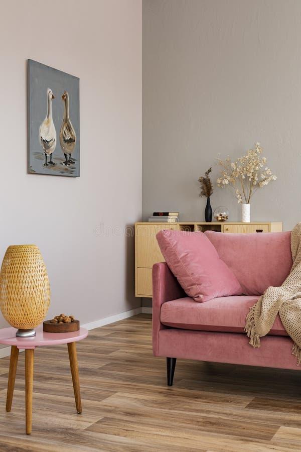 Sala de estar en colores neutrales con acentos del rosa y de madera imágenes de archivo libres de regalías