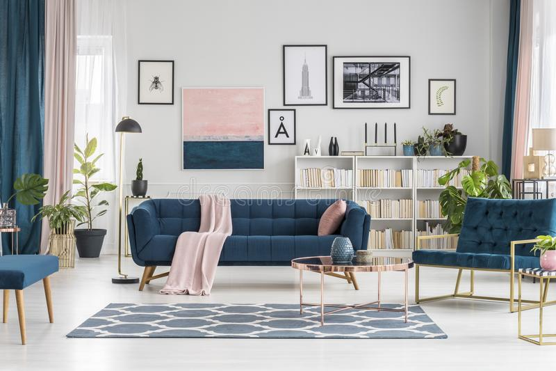 Sala de estar en colores pastel con la galería foto de archivo libre de regalías