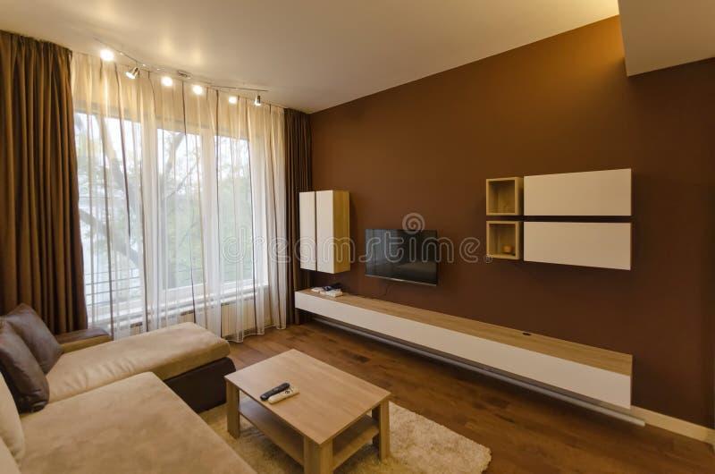 Sala de estar en el apartamento renovado fresco con la for Sala de estar iluminacion
