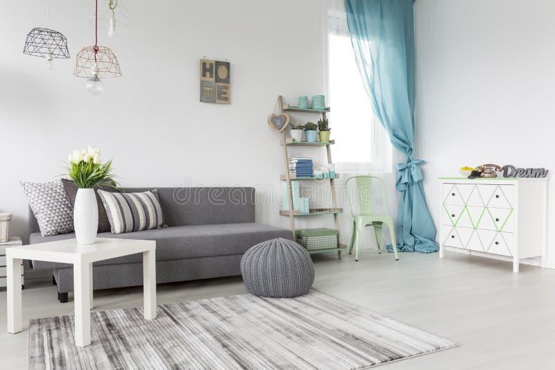 Sala de estar en gris y menta imagen de archivo
