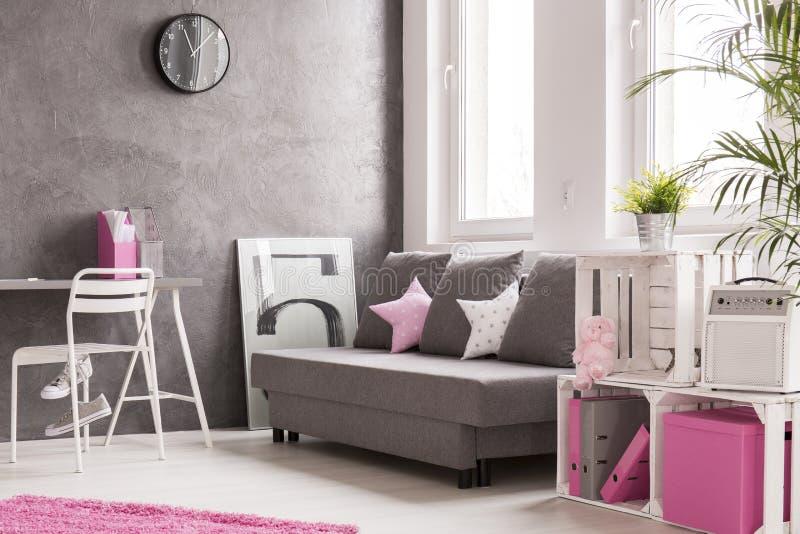 sala de estar en gris y rosa foto de archivo imagen de