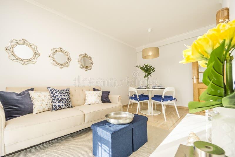 Sala de estar en un apartamento moderno, de lujo, brillante imagen de archivo