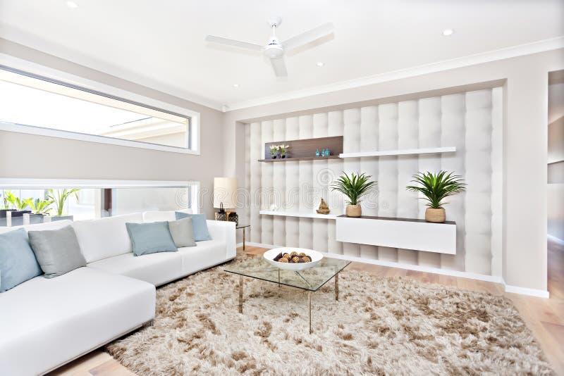 Sala de estar en una casa lujosa con la decoraci?n natural foto de archivo