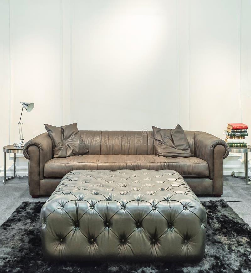 Sala de estar espaciosa con el sofá enorme en una casa de lujo imagen de archivo libre de regalías