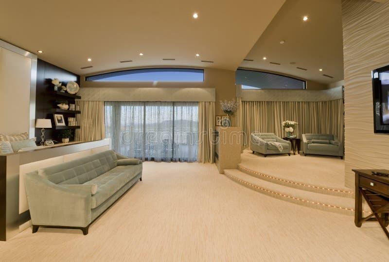 Sala de estar espaciosa en hotel foto de archivo libre de regalías