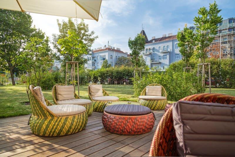 Sala de estar exterior com mobília moderna do jardim fotos de stock