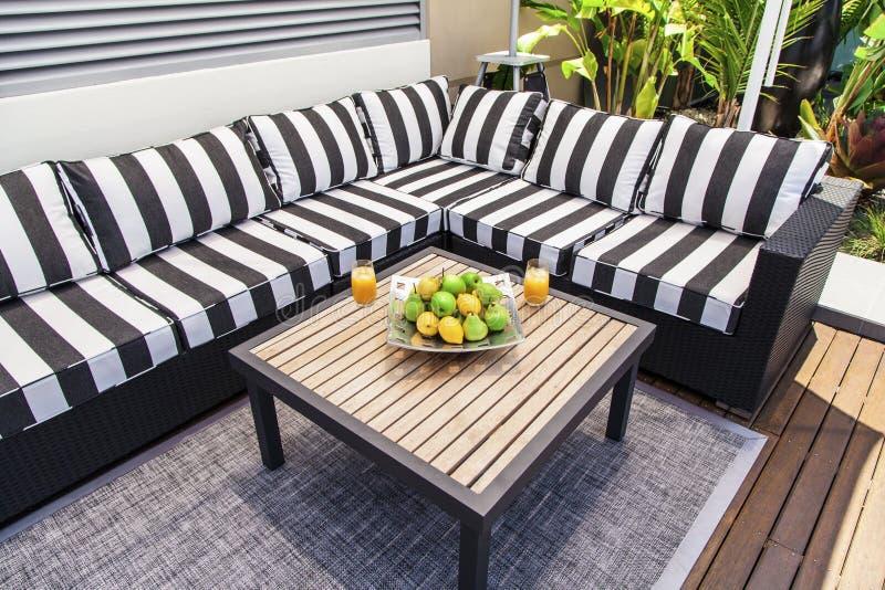 Sala de estar exterior no verão foto de stock