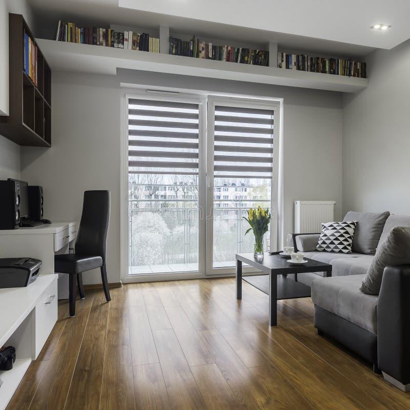 Sala de estar funcional y cómoda foto de archivo libre de regalías