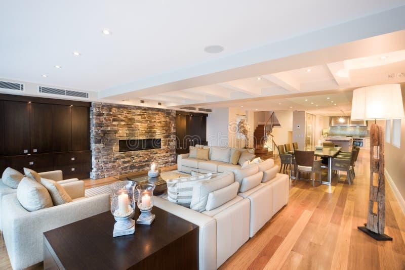 Sala de estar hermosa con el piso de madera foto de for Sala de estar madera