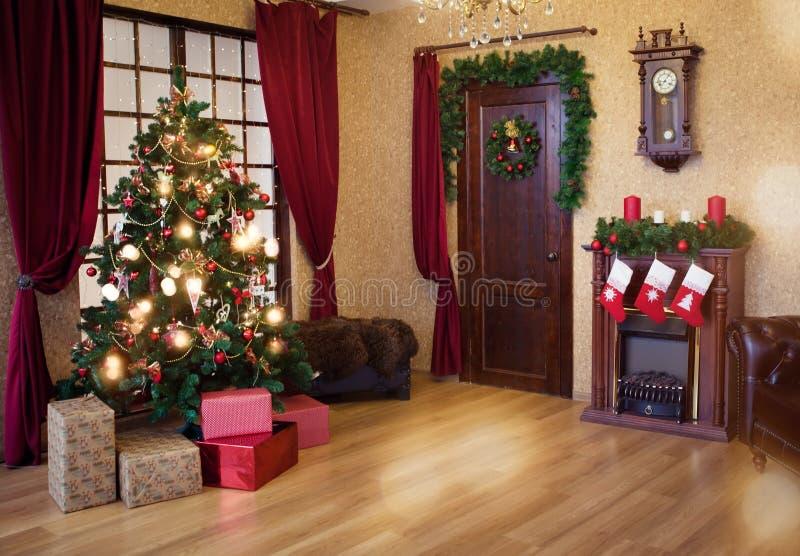 Sala de estar interior con un árbol de navidad imagenes de archivo
