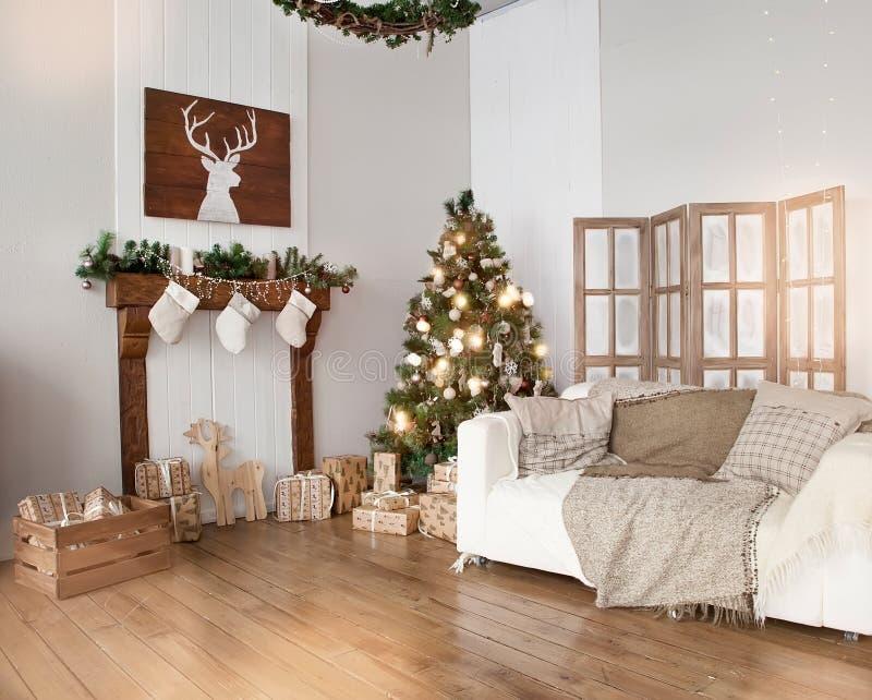 Sala de estar interior con un árbol de navidad y las decoraciones imagenes de archivo